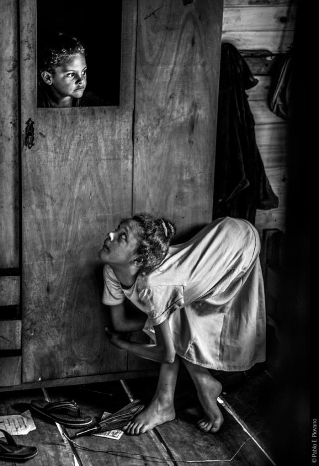 12-11-2014 Fracrán, Province of Misiones Since Jesica Sheffer (11) was seven years old, she suffers from a tendon malformation that prevents her from standing up straight. In spite of her condition, she practices the art of Chinese embroidery, tends her vegetable garden and occasionally cooks for the whole family. Her mother, Ramona Angélica de Lima, is of African descent and has six children. Ramona and her husband came to the village of Fracrán 30 years ago when very few families were living there. Fracrán is a tobacco producing area with a high incidence of people affected by agrotoxins.  11-12-2014 Fracrán, San Vicente, Misiones Jesica Sheffer (11) padece desde los siete años una malformación de tendones que le impide erguir su cuerpo. Sin embargo trabaja en las artes del bordado chino, cuida las plantas de su huerta y en ocasiones cocina para toda la familia. Su madre Ramona Angélica de Lima es descendiente de Africanos y madre de 6 hijos. Ella junto a su marido llegaron hace 30 años al pueblo de Fracrán cuando lo habitaban muy pocas familias. Fracrán es una zona productora de tabaco con un alto índice de personas afectadas por los agrotóxicos.
